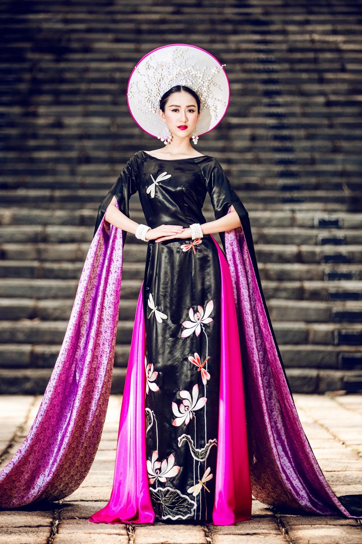 Trang phục của Hà Thu được lấy hoa sen làm chủ đạo, toàn bộ được thêu tỉ mỉ với 1 ê kíp gồm nghệ nhân vẽ - thêu và trang trí thực hiện ròng rã suốt 3 tháng.