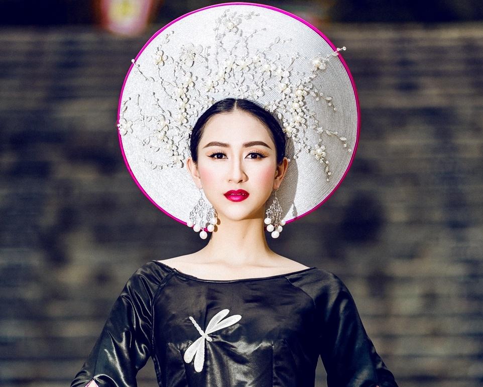 Điểm nhấn của bộ trang phục là mấn đội đầu được đính hàng trăm viên ngọc trai lớn nhỏ từ thương hiệu Ngọc trai Hoàng Gia. Các nghệ nhân cũng đã tỉ mỉ cẩn từng hạt ngọc trai tạo thành bức tranh vườn sen tuyệt đẹp.