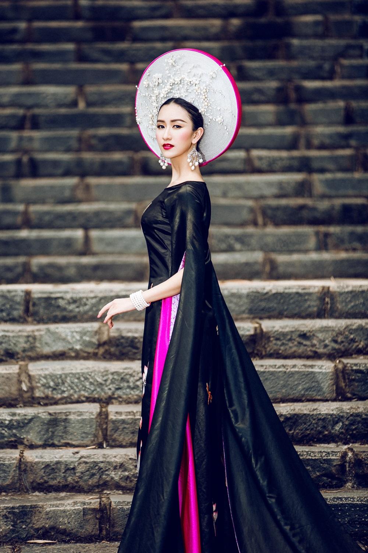 Tất cả tạo ra một vũ khúc sống động được chuyển tải thông qua chiếc áo dài nền nã của dân tộc Việt, vừa huyền bí kiêu sa vừa mộc mạc gần gũi.