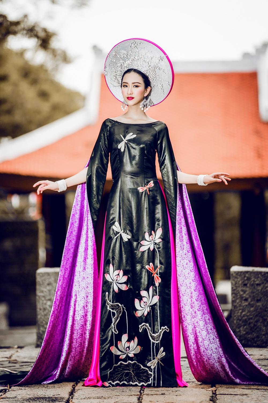 Ngoài hình ảnh hoa sen, vạt áo còn được thêu hình ảnh những cánh chuồn chuồn bay lượn – cũng là hình ảnh truyền thống quen thuộc được khắc và chạm trổ nhiều trong các cung điện ngày xưa tại Việt Nam.