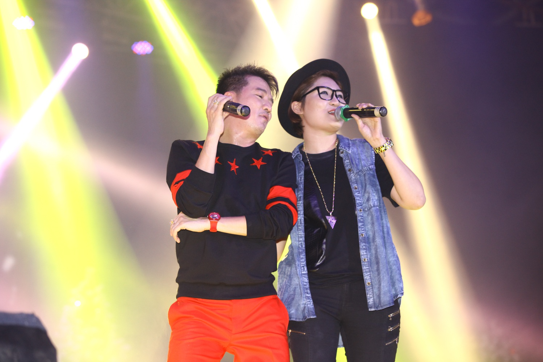 Vicky Nhung-học trò của nam ca sĩ cũng góp mặt với một ca khúc solo và song ca cùng nam ca sĩ.