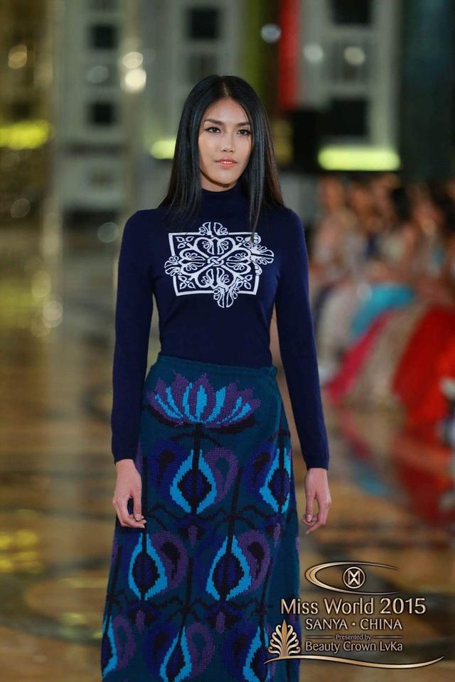 Tối 12/12, 30 thí sinh xuất sắc nhất phần thi Top Model (Hoa hậu trình diễn thời trang), trong đó có đại diện của Việt Nam - Lan Khuê, đã trình diễn bộ sưu tập mới của một nhãn hiệu thời trang cao cấp Trung Quốc.