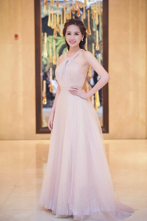 Hoa hậu Mai Phương Thúy nhẹ nhàng và dịu dàng với chiếc váy dạ hội màu nuy sang trọng. Kiểu dáng cổ tròn với những đường cắt, kết nối tinh tế tạo những khoảng hở vừa phải và nét quý phái.