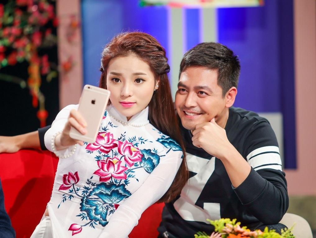"""Hoa hậu rất thân thiết với MC Phan Anh. Cô không ngần ngại nép sát vào vai """"ông bố ba con"""" để chụp hình kỷ niệm."""