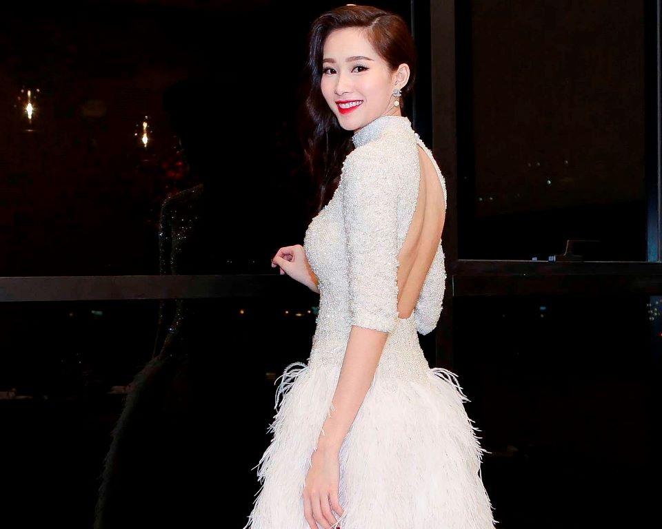 Hoa hậu Việt Nam 2012 vẫn trung thành với sự kín đáo, nhưng cô cũng tinh tế khoe khéo nét quyến rũ của mình với váy hở lưng.