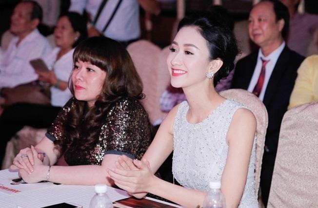 Người đẹp ngồi ở hàng ghế giám khảo và luôn nở nụ cười tươi gây thu hút sự chú ý của mọi người.