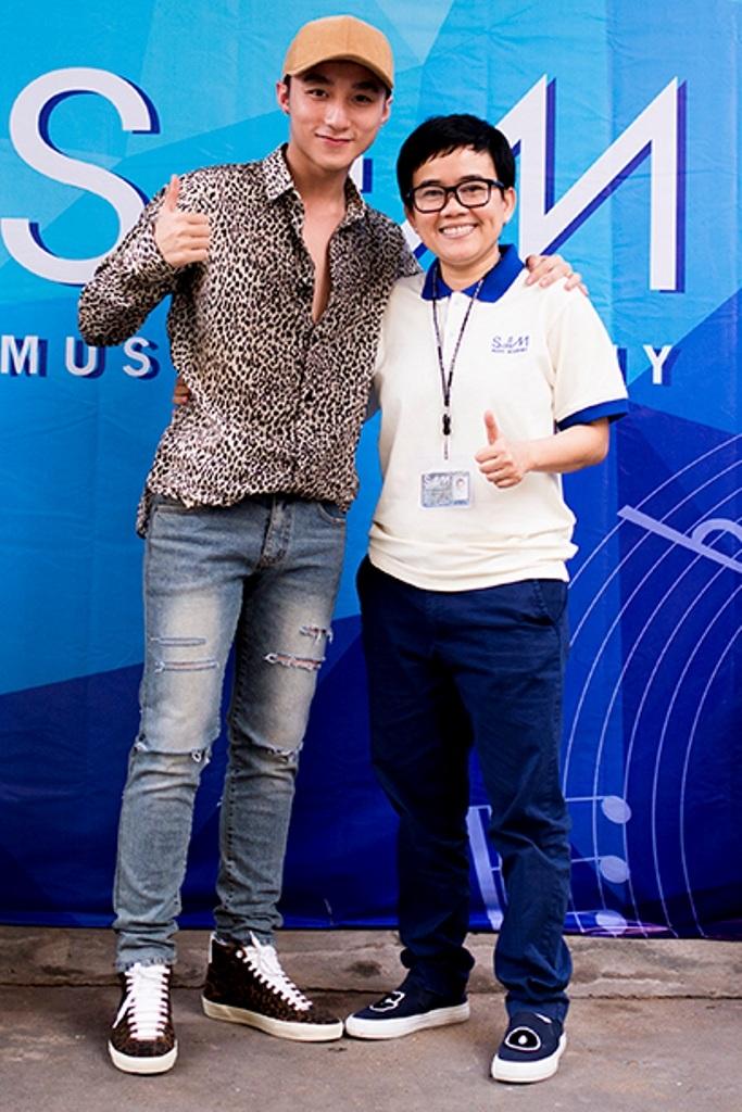 Nam ca sĩ Sơn Tùng M-TP cũng đến ủng hộ Giám đốc âm nhạc liveshow của anh sắp tới tại Hà Nội