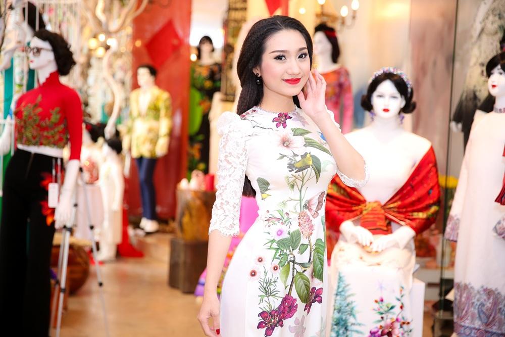 Cao Mỹ Kim đảm nhận vai trò MC cùng Vân Trang