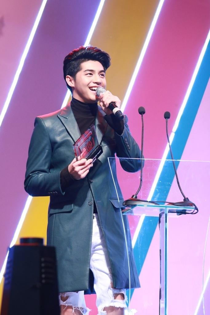 Noo Phước Thịnh cũng giành luôn giải thưởng Nam ca sĩ xuất sắc nhất