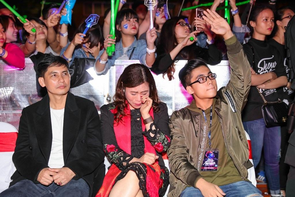 Bố mẹ Sơn Tùng khóc trong liveshow của con trai - 12