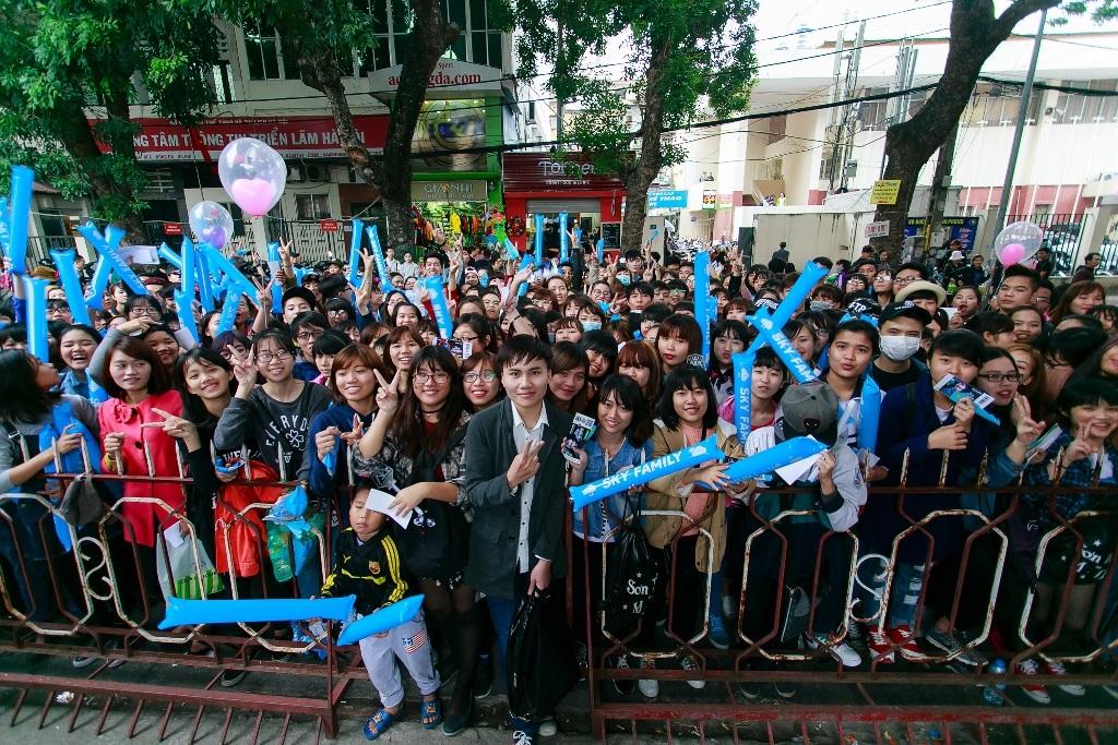 Trước giờ liveshow, phần đông người hâm mộ đã tập trung trước cổng soát vé, gây tắc nghẽn một góc đường.