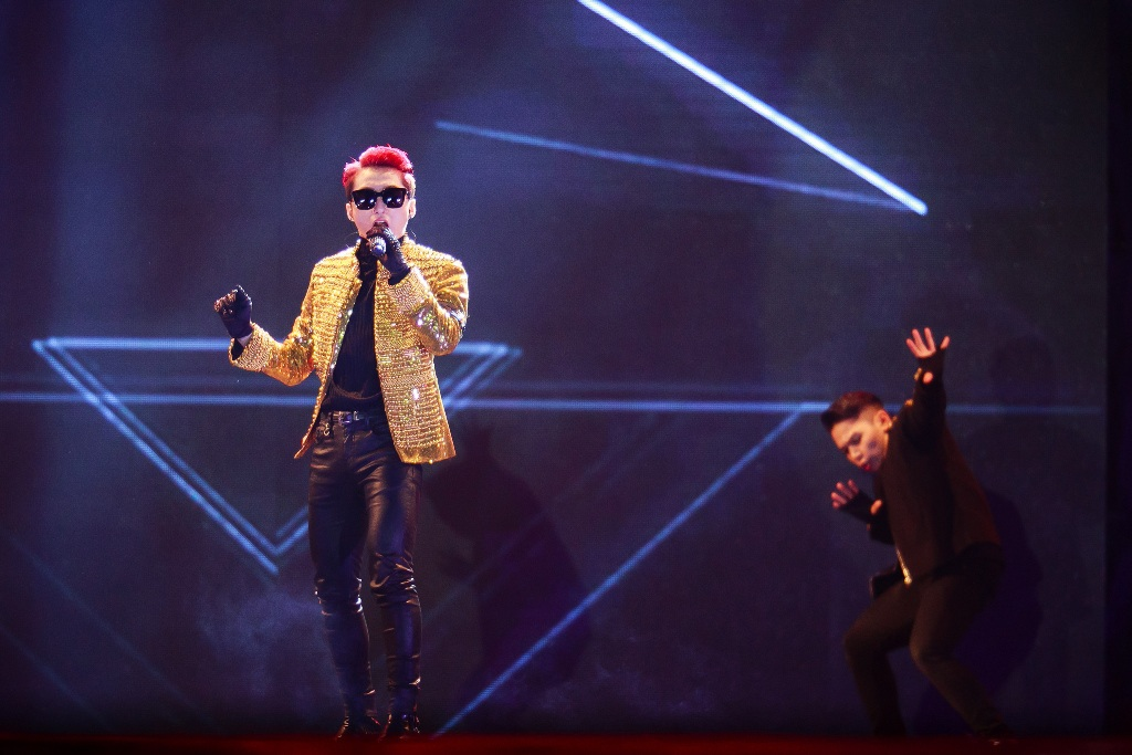 """Mở đầu liveshow, Sơn Tùng M-TP xuất hiện trên nền ca khúc """"Cơn mưa ngang qua""""."""