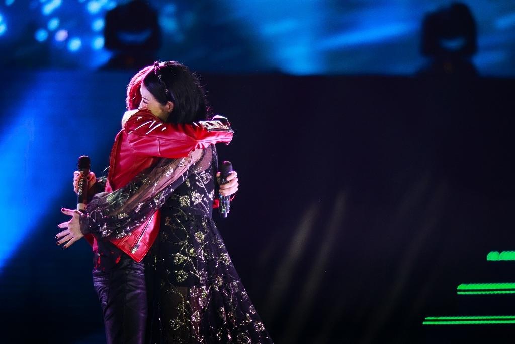 Trong lúc biểu diễn, Thu Phương trao cho Sơn Tùng cái ôm chặt đầy tình cảm. Sau tiết mục này, cả hai còn hát chay một đoạn ca khúc Không còn mùa thu đầylãng mạn, sâu lắng.