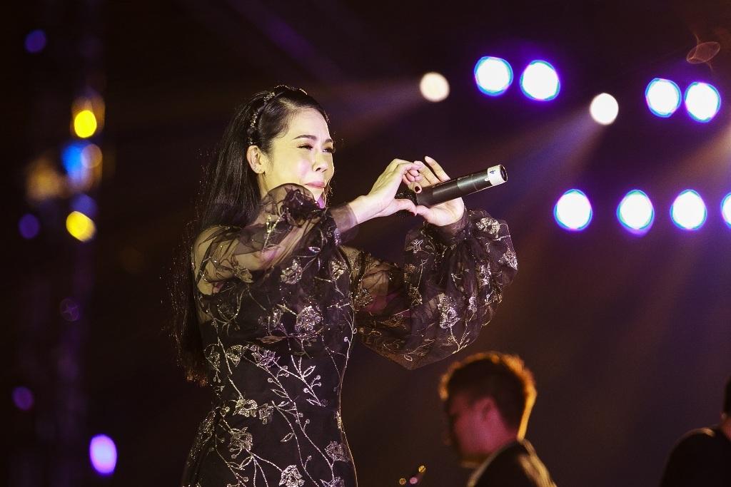 Sau đó, Thu Phương gửi đến khán giả ca khúc Chưa bao giờ trên nền guitar và saxophone mộc mạc.