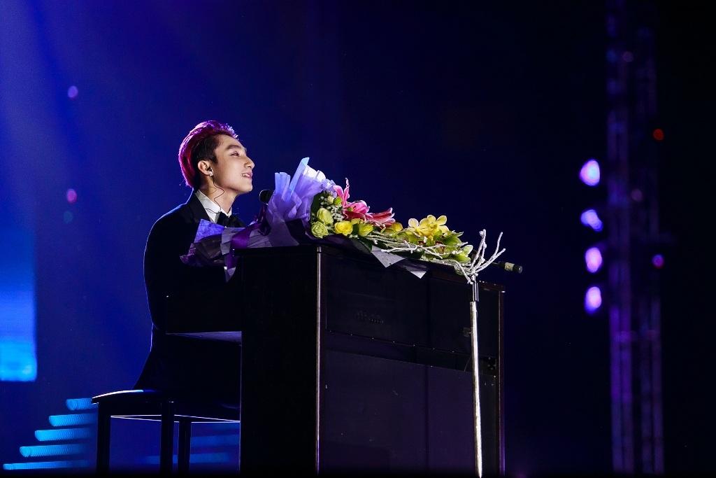 Mảng âm nhạc dành cho gia đình tiếp tục khiến Sơn Tùng M-TP nhiều lần bật khóc trong lúc hát.
