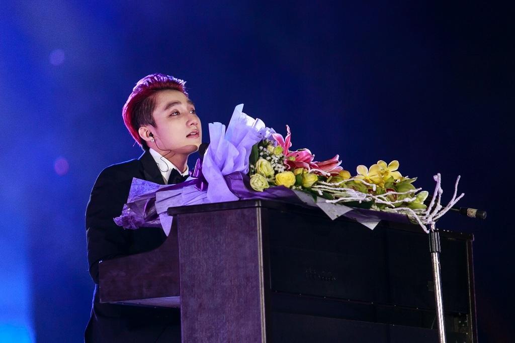Khoảnh khắc ấn tượng khiSơn Tùng xúc động bật khóc trong lúcbiểu diễn ca khúc Bèo dạt mây trôi trên nền piano do mình tự đệm,như Sơn Tùng từng chia sẻ là bài hát tặng cho ngườibà đã mấtcủa mình.