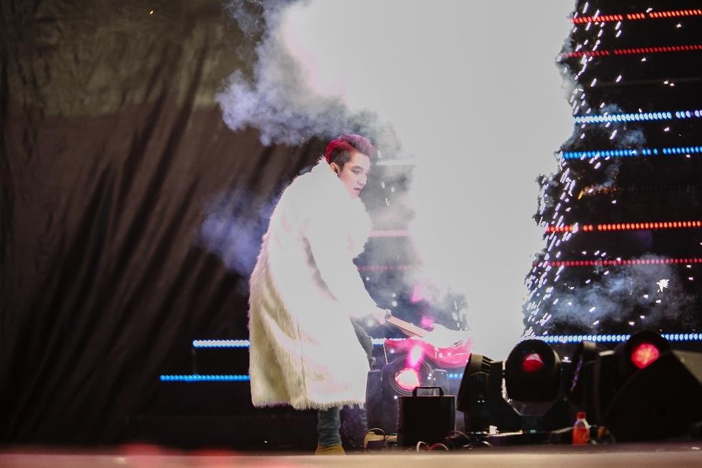 Sơn Tùng đập vỡ cây đàn trong tiết mục như giải tỏa ấm ức của mình ngay trên sân khấu