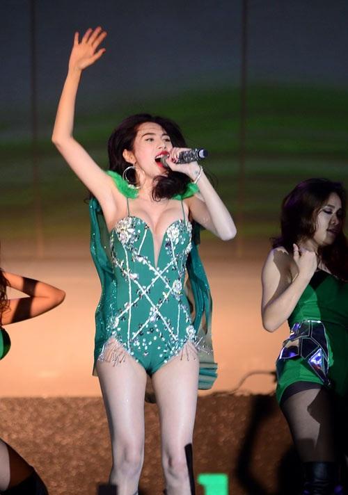 Nhìn lại thảm họa thời trang showbiz Việt 2015 - 12