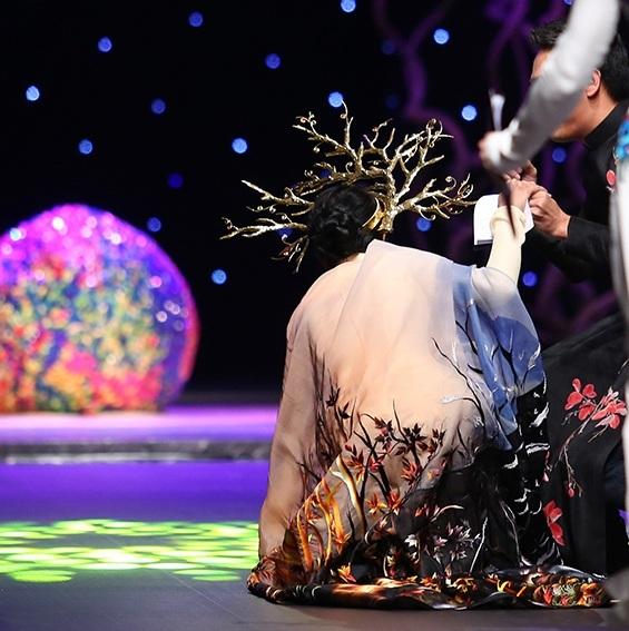 Trương Thị May bị vấp té trên sàn diễn (Ảnh: Mr AK)