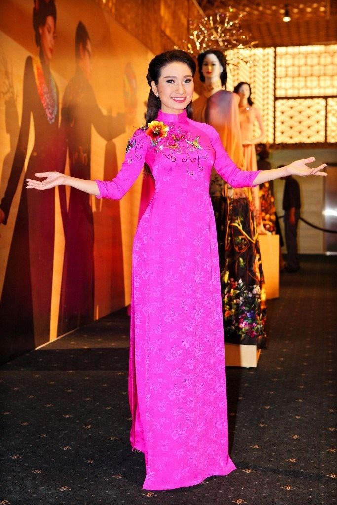 Cao Mỹ Kim tươi sáng với áo dài hồng, cô sẽ đảm nhận 1 trong 3 vị trí của vai trò người dẫn chương trình