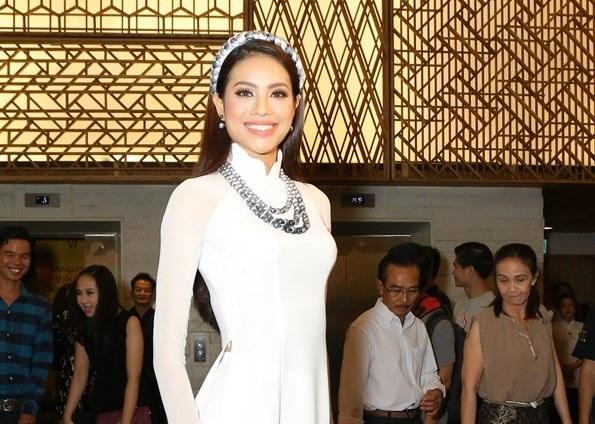 Hoa hậu Hoàn vũ Phạm Hương luôn gây chú ý mỗi khi xuất hiện, người đẹp diện áo dài trắng tha thướt và xinh đẹp.