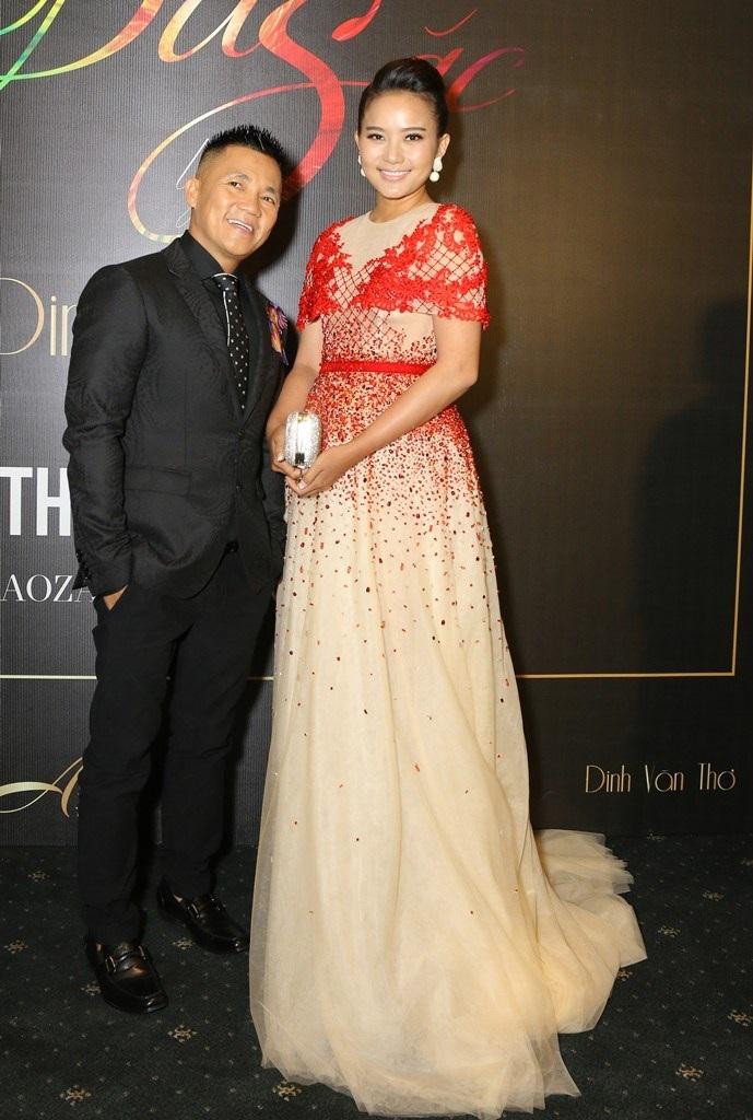 Phan Như Thảo bất ngờ xuất hiện trên thảm đỏ, cô chụp ảnh cùng nhà thiết kế Đinh Văn Thơ