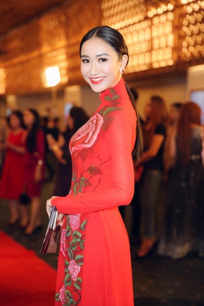 Á hậu Hà Thu cũng không kém cạnh khi diện bộ áo dài màu đỏ có nhiều họa tiết 3D của những cảnh hoa hồng bắt mắt. Chiếc áo dài xinh đẹp này cũng do những nghệ nhân tài hoa thực hiện rất kỳ công. Đây là một trong những bộ áo dài xinh đẹp nhất trên thảm đỏ tối qua.