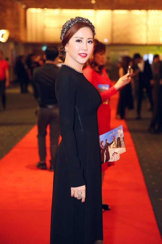 Là một trong những khách mời danh dự của chương trình, hoa hậu Thu Hoài diện bộ áo dài đen quý phái và sang trọng với họa tiết thêu bắt mắt. Cô kết hợp trang sức cài đầu cực kỳ sang trọng và bắt mắt làm cô trở nên sang trọng hơn.