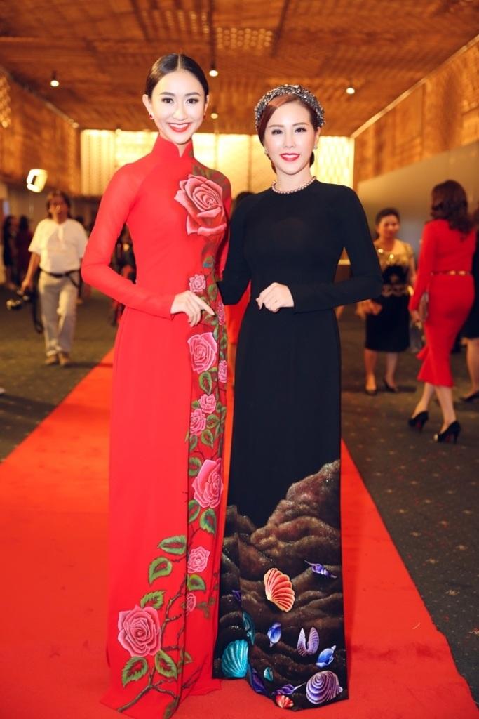 Hoa hậu Thu Hoài và Hà Thu hội ngộ trên thảm đỏ