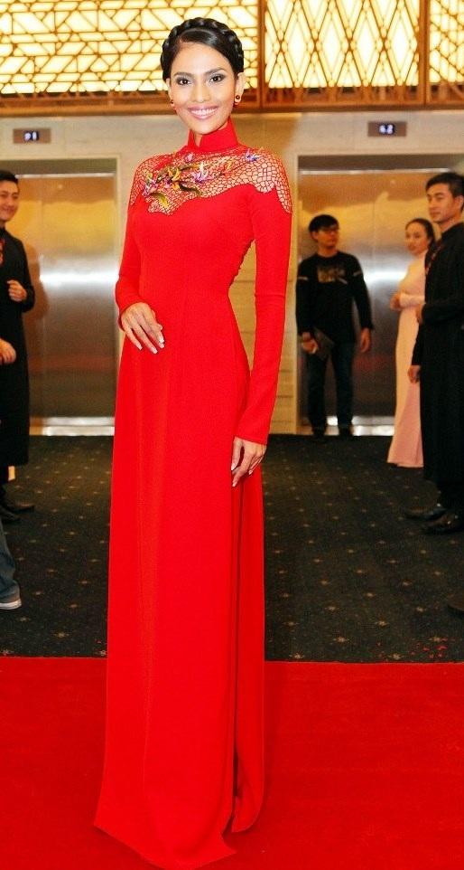 Áo dài luôn là trang phục yêu thích và rất phù hợp với Trương Thị May