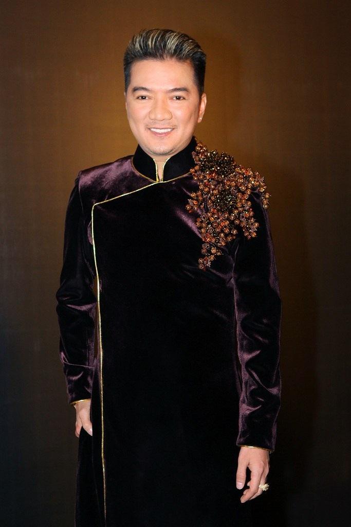 Nam ca sĩ Đàm Vĩnh Hưng diện áo dài gấm sang trọng