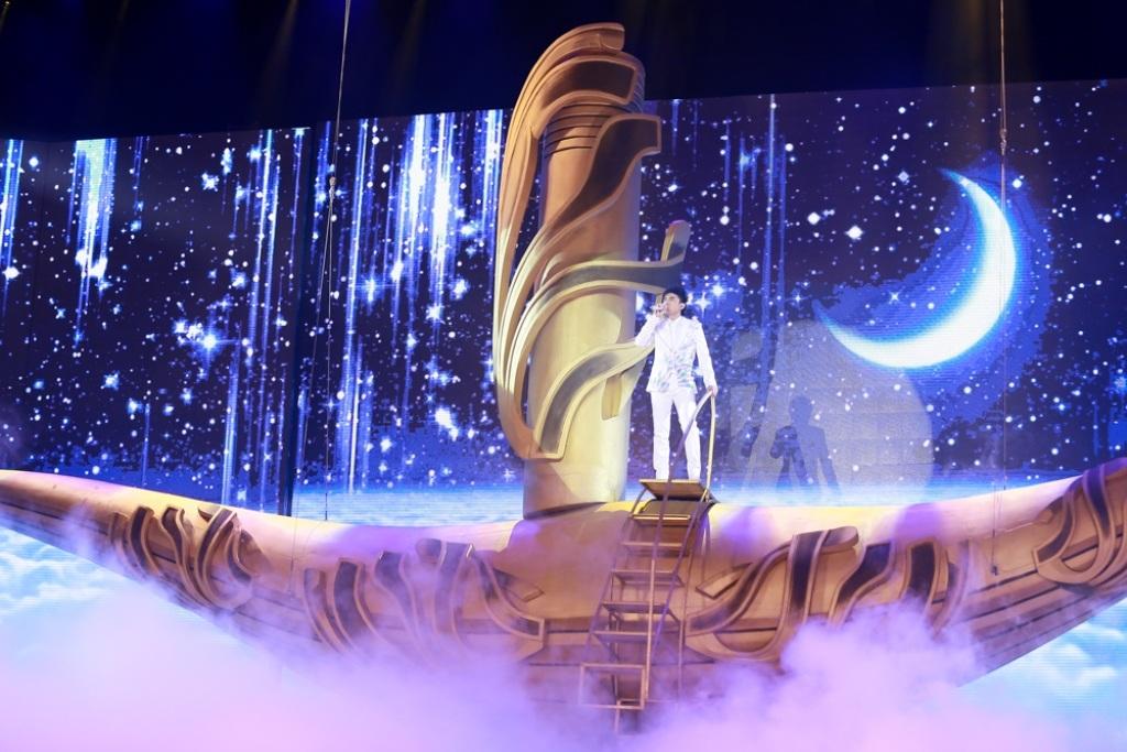 Sân khấu hoành tráng đến choáng ngợp