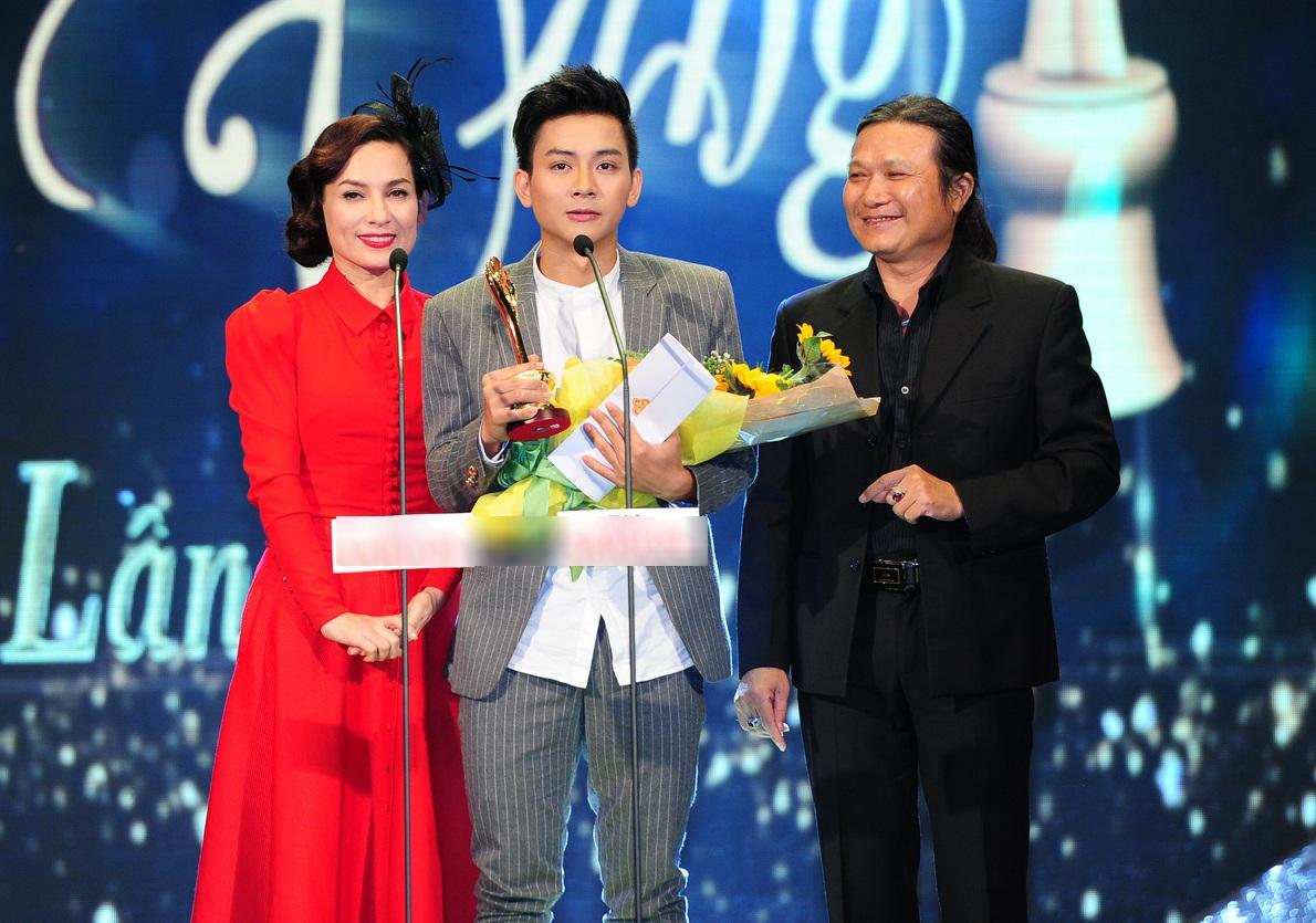 Hoài Lâm xúc động khiđược trao giải Ca sĩ hát nhạc âm hưởng dân ca được yêu thích nhất