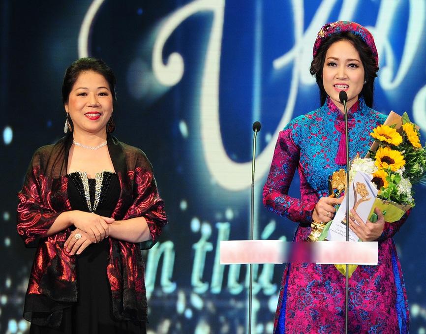 NSƯT Thanh Thúy bất ngờ và hạnh phúc khi được vinh danh ở giải thưởng Ca sĩ hát nhạc truyền thống cách mạng được yêu thích nhất với ca khúc Cô gái vót chông - sáng tác Hoàng Hiệp.