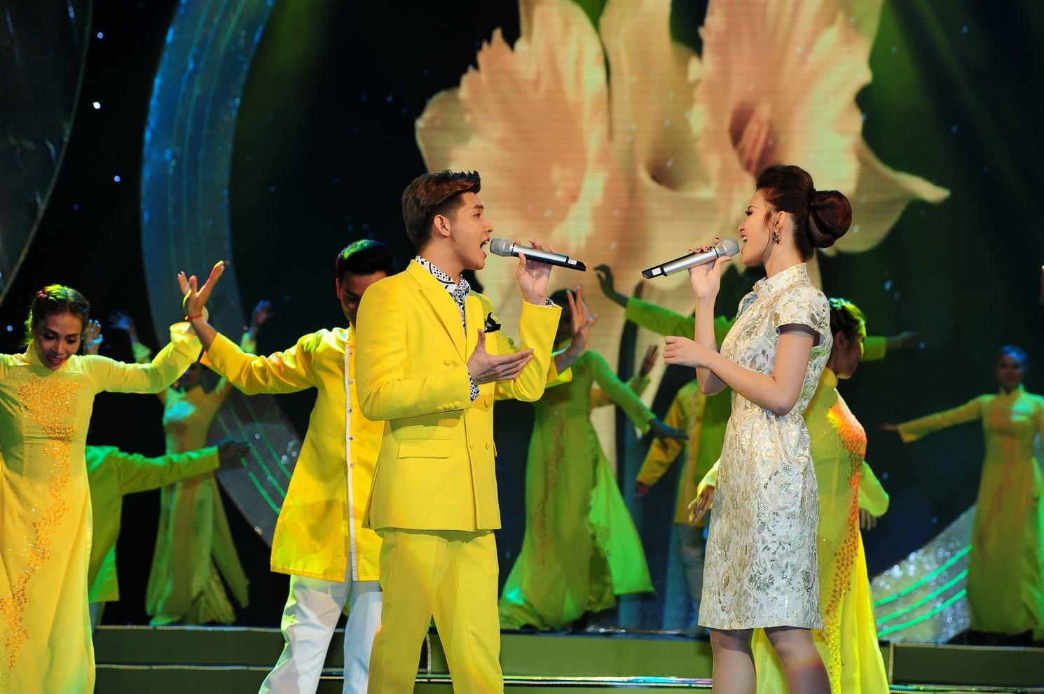 Noo Phước Thịnh cùng Đông Nhi kết thúc chương trình bằng ca khúc Ly rượu mừng
