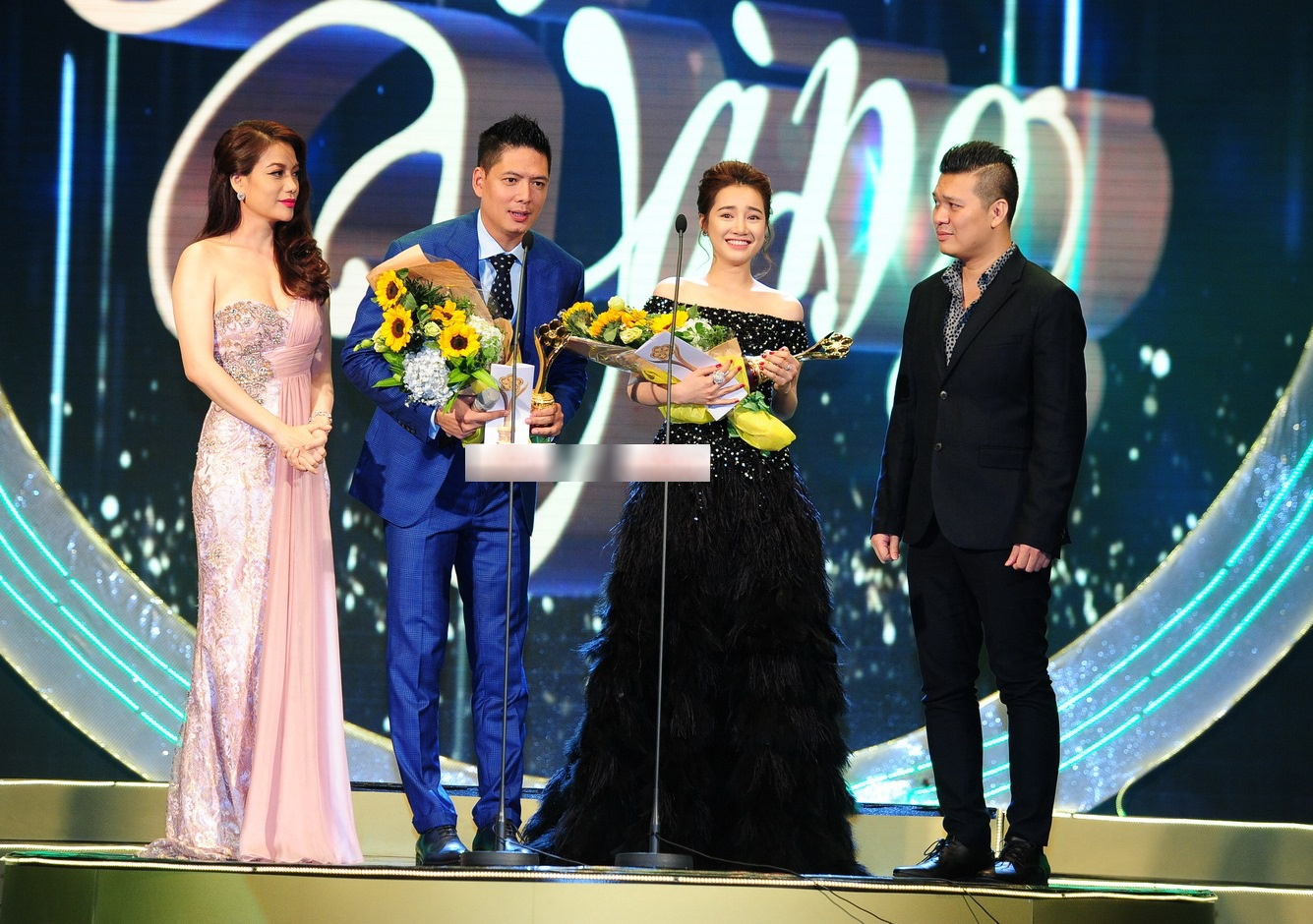 Diễn viên - MC Bình Minh cũng ẵm luôn giải Nam diễn viên điện ảnh - truyền hình được yêu thích nhất với vai diễn Lý Bỉnh Long trong phim Thề không gục ngã. Nam diễn viên gửi lời cảm ơn đến nhiều người, đặc biệt là hậu phương vững chắc của mình.