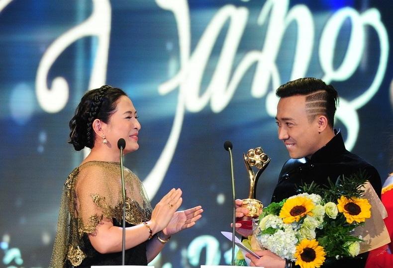 Trấn Thành nhận được giải thưởng Người dẫn chương trình được yêu thích nhất với vai trò MC trong Thử thách cùng bước nhảy. MC Quỳnh Hương cũng dành nhiều lời có cánh khi trao giải cho đàn em.