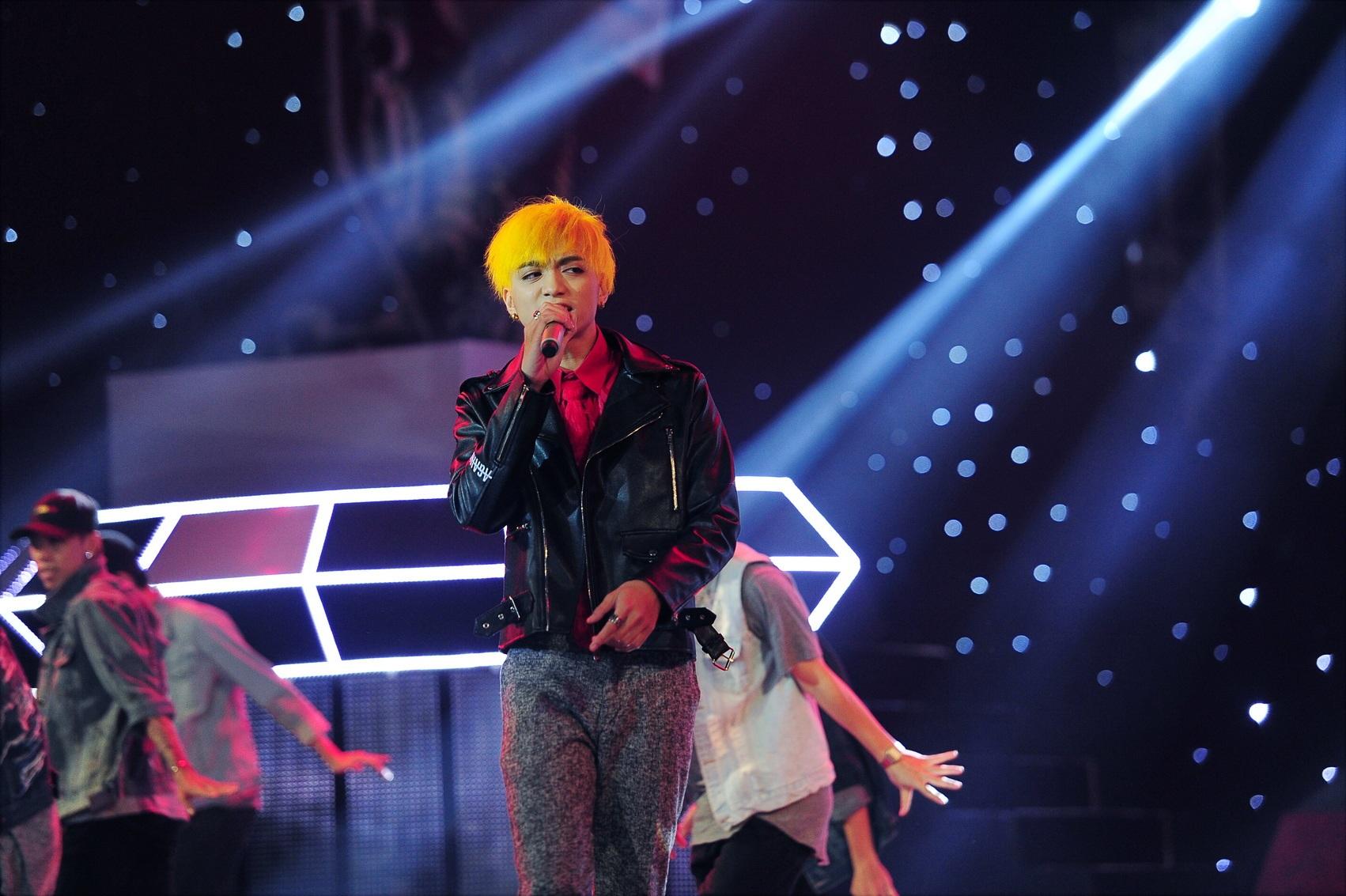 Ca sĩ Soobin Hoàng Sơn với tiết mục mở màn gây ấn tượng trong phần đọc rap và khoe vũ đạo cuốn hút khi thể hiện ca khúc Vẽ khói được phối theo thể loại Hip Hop.