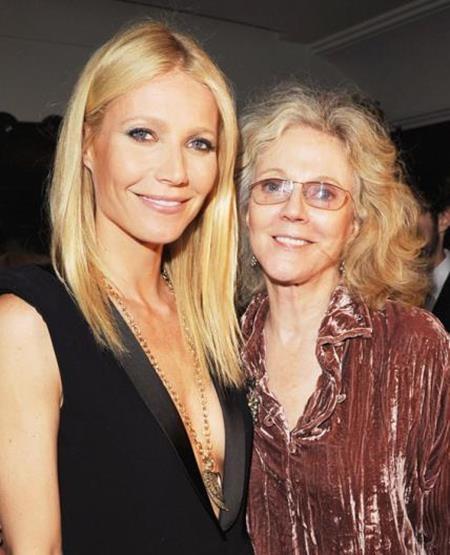 """""""Bạn gái người Sắt"""" sinh trưởng trong một gia đình có truyền thống nghệ thuật với bố là đạo diễn nổi tiếng Bruce Paltrow và mẹ là nữ diễn viên Blythe Danner, người từng giành các giải thưởng Emmy và Tony. Chính vì vậy, chẳng có gì khó hiểu khi Gwyneth Paltrow sớm gặt hái được nhiều thành công tại Hollywood. Đặc biệt, Gwyneth và mẹ còn từng đóng chung trong bộ phim điện ảnh """"Sylvia""""."""