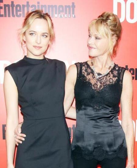 """Ngôi sao của bộ phim """"50 sắc thái"""" Dakota Johnson cũng sở hữu một ngoại hình hao hao giống người mẹ Melanie Griffith."""