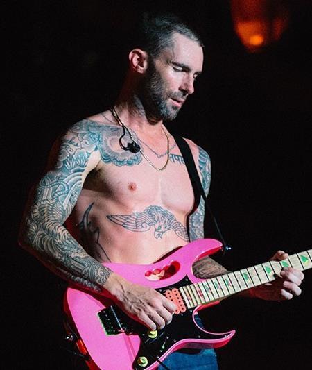 Thủ lĩnh nhóm Maroon 5 đã cố gắng sửa lại hình xăm lấy cảm hứng từ một tù nhân Nga trên vai phải của mình, nhưng kết quả dường như vẫn không vừa ý nam ca sĩ. Adam chia sẻ rằng: Trông nó giống như bông súp lơ với hình mặt trời ở giữa. Trông nó thật kinh khủng.