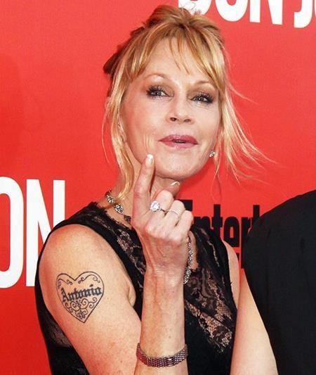 """Thêm một ngôi sao nữa quyết định xóa bỏ hình xăm sau khi li hôn, đó là Melanie Griffith. Sau cuộc hôn nhân tan vỡ với """"mặt nạ Zorro"""" Antonio Banderas, Melanie Griffith cũng đã xóa đi hình xăm trái tim kèm cái tên Antonio trên tay."""