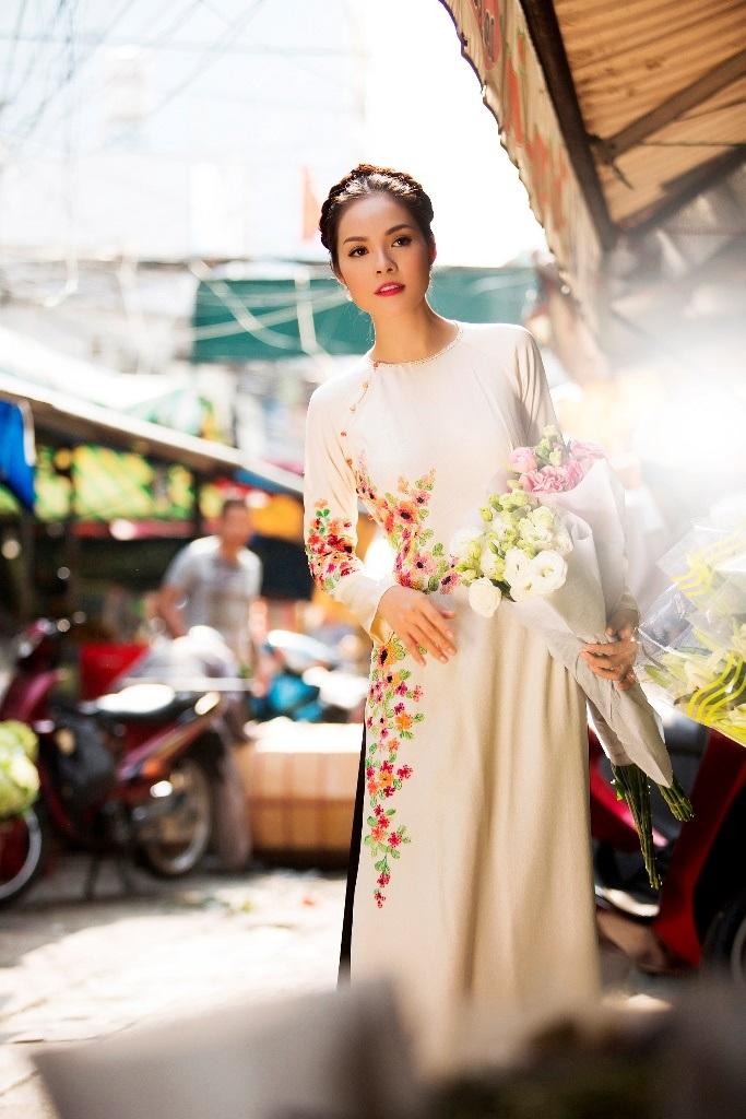 Dương Cẩm Lynh chọn chiếc áo dài trắng cùng quần lĩnh đen với phom dáng đơn giản, nhưng lại tập trung chủ yếu vào đường cắt may tinh tế trên từng thước vải với điểm nhấn dải hoa trải dài nơi thân áo.