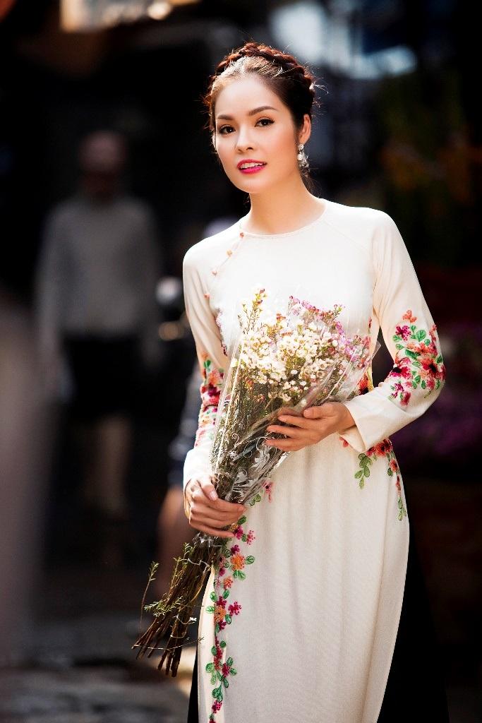 """Nữ diễn viên chia sẻ, cô bị """"nghiện"""" những chiếc áo dài Việt, đặc biệt hơn nữa là những chiếc áo dài thủ công với họa tiết thêu tay, kết cườm.. luôn làm cô """"mê mẩn""""."""
