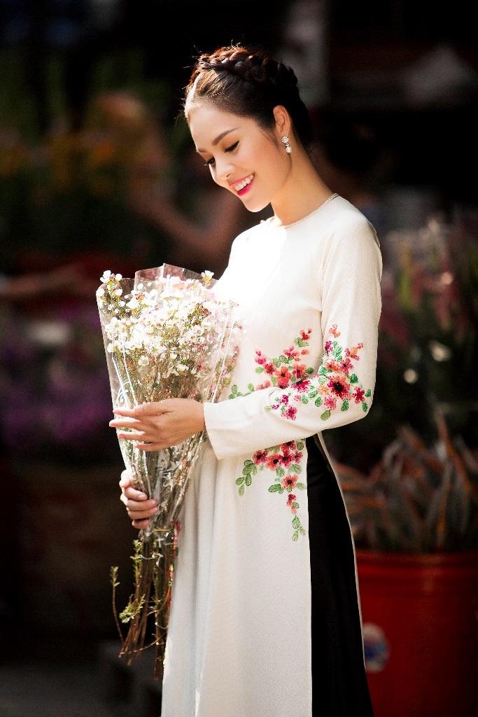 Dương Cẩm Lynh đã có lựa chọn tinh tế khi hóa thân thành quý cô cổ điển, góp phần giúp những giá trị xưa vẫn có thể lưu giữ ở một Sài Gòn hiện đại như hôm nay.
