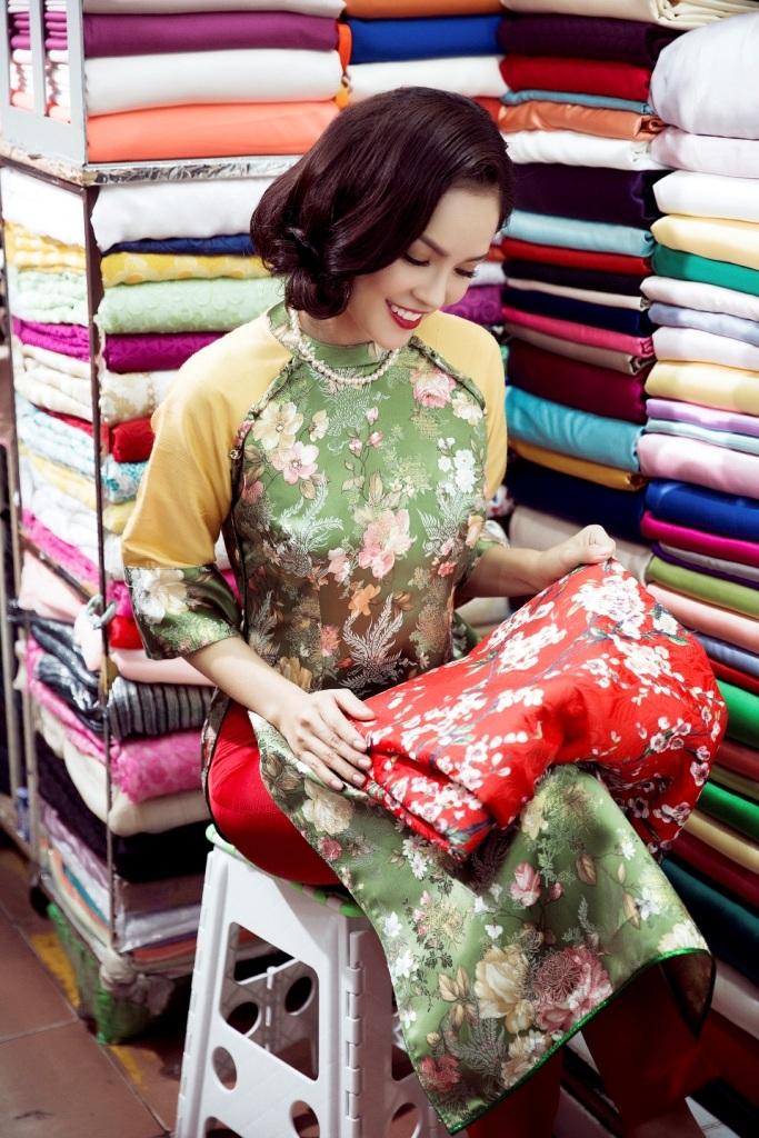 Người đẹp rất thích khi đi dạo trong những gian hàng bán vải vóc áo dài