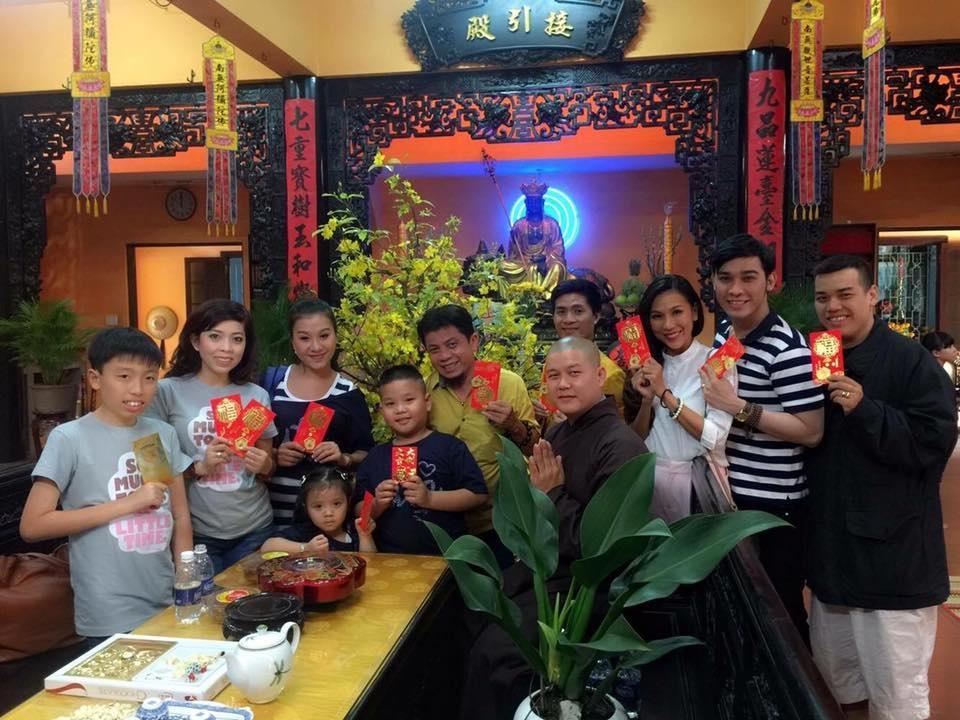 Nữ ca sĩ Khánh Ngọc rất hạnh phúc khi đi chùa đầu năm và nhận lộc năm mới từ thầy