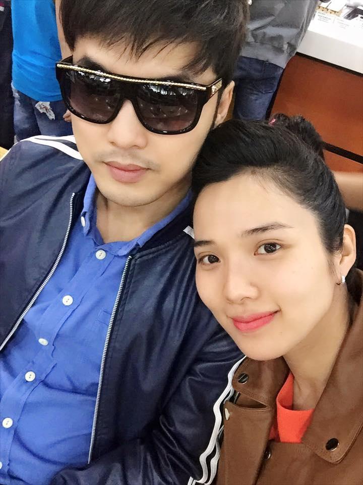 """Người mẫu – diễn viên Kim Cương khoe hình ảnh đi lưu diễn cùng chồng là ca sĩ Ưng Hoàng Phúc. """"Đi diễn xa cùng chồng , năm mới xin gửi lời chúc tốt đẹp nhất đến mọi người, chúc 1 năm thật nhiều may mắn và bình an""""."""
