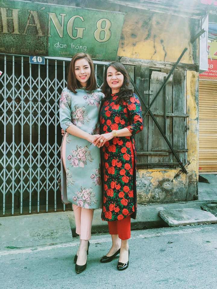 Hoa hậu Kỳ Duyên dịu dàng với áo dài cùng mẹ đi chúc Tết bà con, họ hàng trong năm mới.