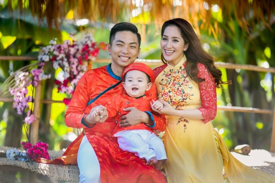 Vợ chồng Khánh Thi - Phan Hiển cùng con trai diện áo dài mới du xuân trong dịp năm mới. Hình ảnh gia đình hạnh phúc rất đáng ngưỡng mộ của cặp đôi.